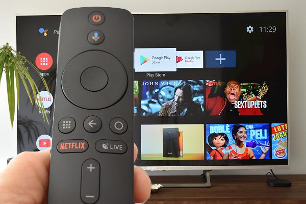 Tela inicial Xiaomi My Box S 4k com controle remoto em cima de uma TV Sony.
